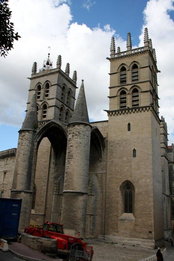 Haupteingang der katholischen Cathédrale Saint-Pierre de Montpellier.