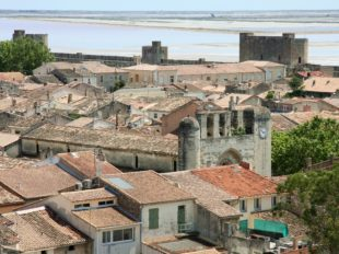 Blick über die Stadt Aigues-Mortes am Rande der Camargue