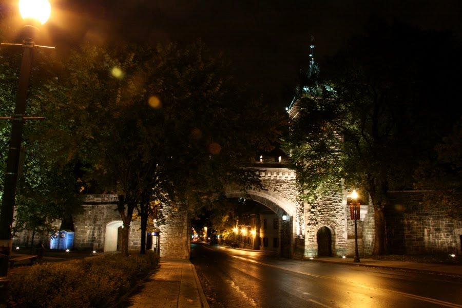 Die Stadtmauer von Quebec Stadt bei Nacht