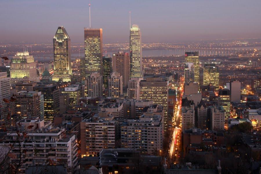 Blick vom Mont Royal auf die nächtliche Skyline von Montreal