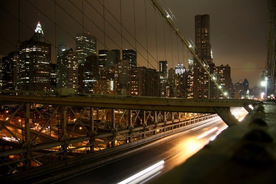 Blick von der Brooklyn Bridge aufs nächtlich erleuchtete New York