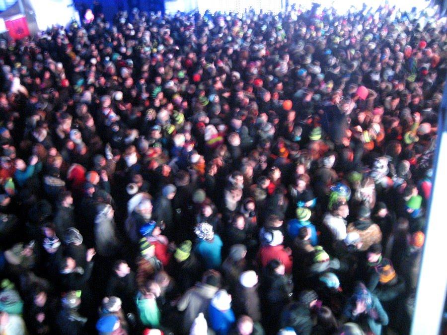 Tanzende Menge beim Igloofest in Montreal