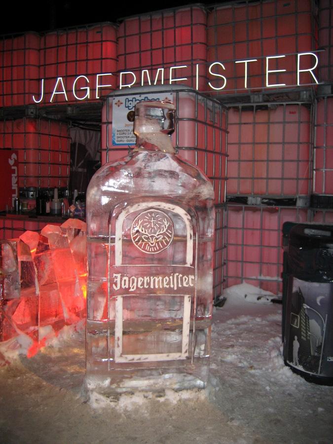 Überlebensgroße Eisskulptur einer Jägermeister-Flasche beim Igloofest