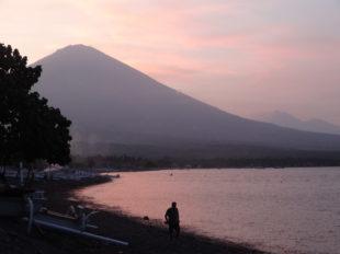 Sonnenuntergang vor dem Vulkan in Amed auf Bali, Indonesien