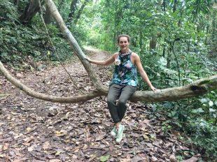 Symbolbild Soberania Nationalpark: Frau sitzt auf einer Liane in Panamas Nationalpark