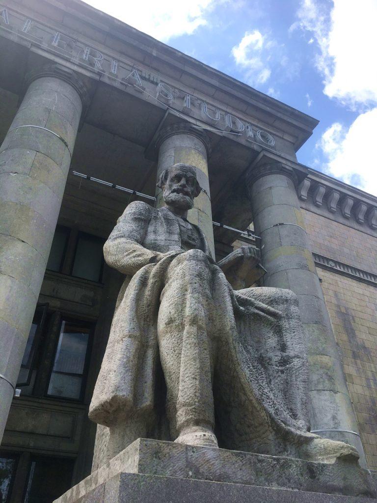 Statue am Kulturpalast in Warschau