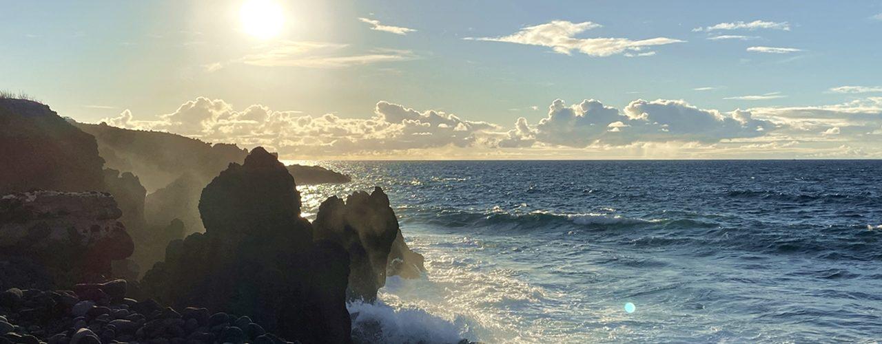 Gischt und Sonnenuntergang an der Playa el Charcón