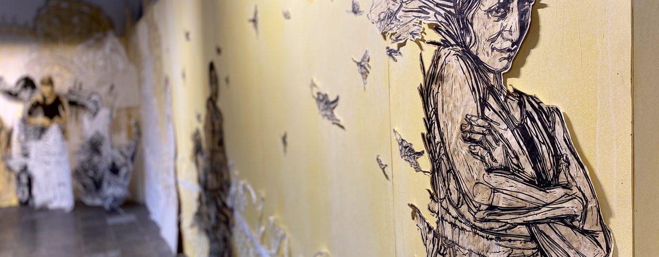 Symbolbild fürs Swoon Urban Art: Porträt einer Frau aus Papier vor gelbem Hintergrund