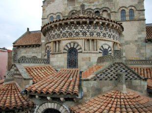 Fassade der Basilika Notre-Dame du Port in Clermont-Ferrand