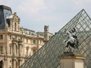 Die Pyramide des Louvre in Paris