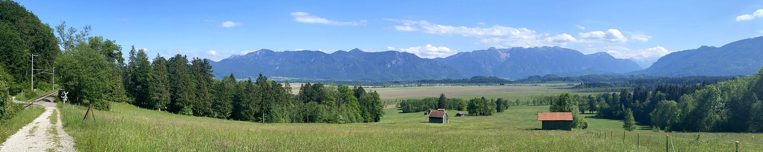 Blaues Land: Blick über das oberbayerische Voralpenland
