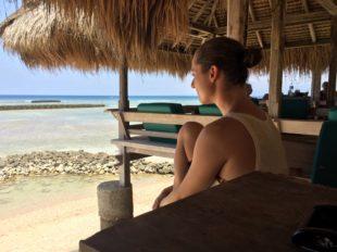 Frau im Strandrestaurant auf Gili Trawangan, der größten der Gili-Inseln