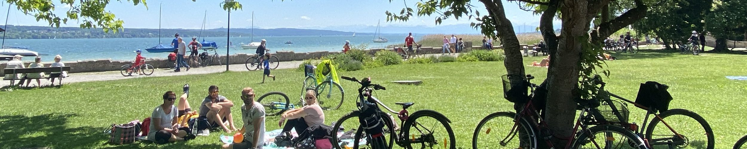 Symbolbild Radtour um den Ammersee: Radfahrer bei einem Picknick in Schondorf am Ammersee